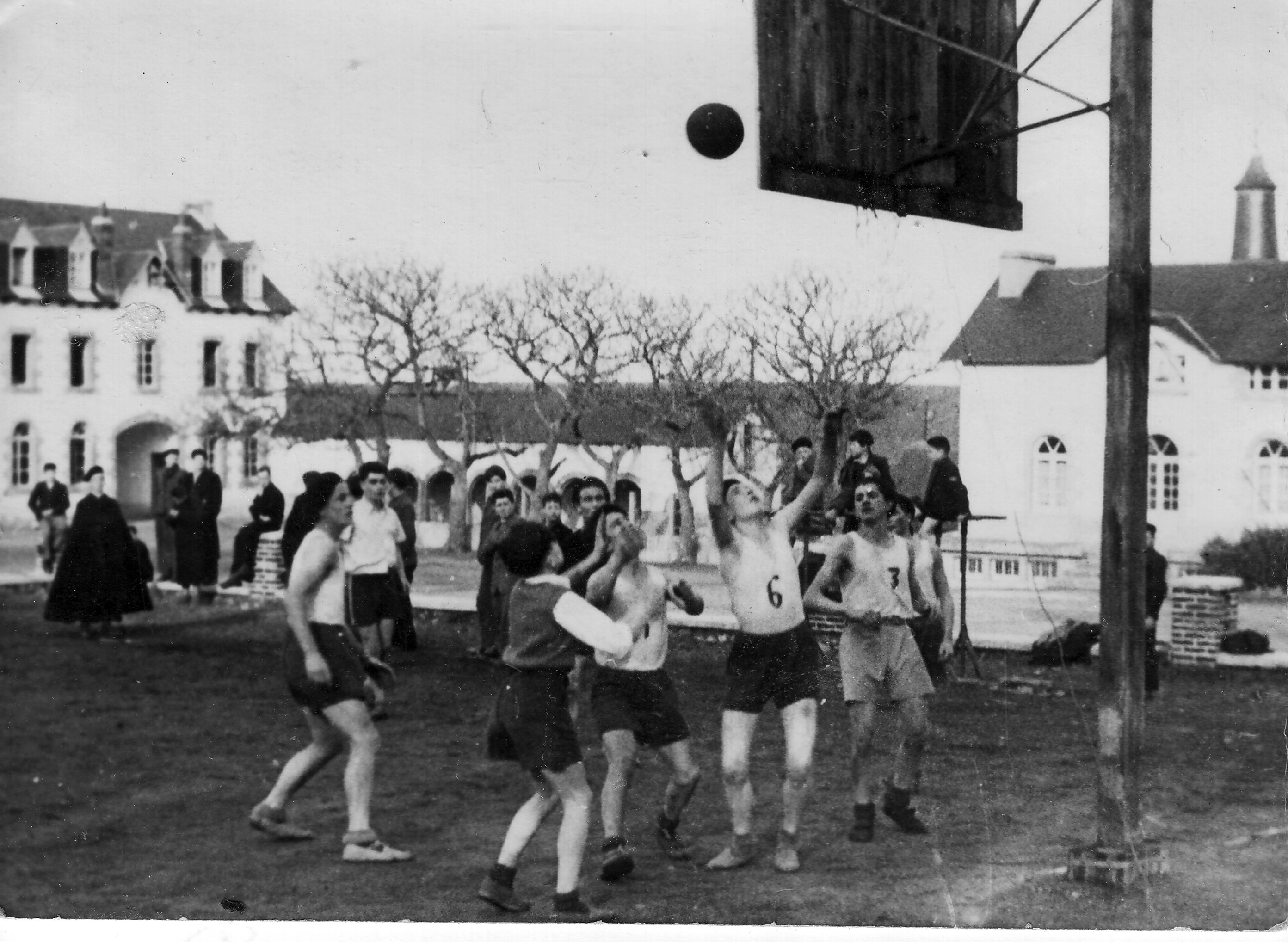 match de basket vers 1946